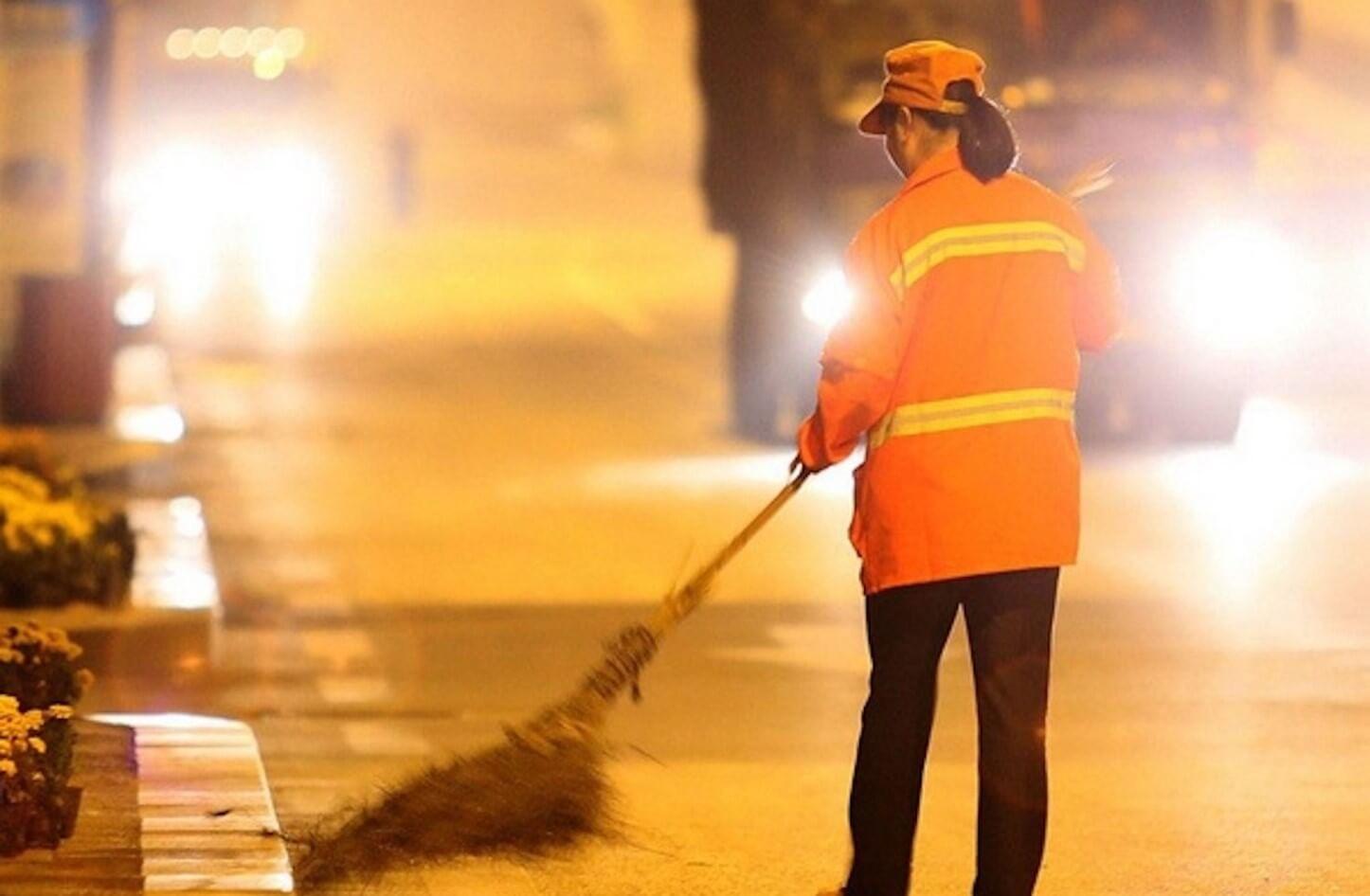 عاملة نظافة